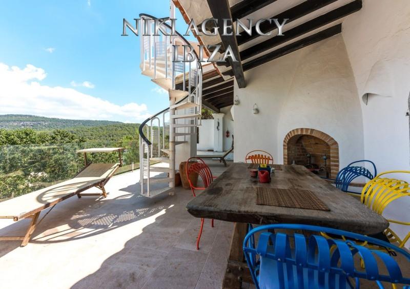 Haus in Cala Vadella mit wunderschönen Meer und Landschaftsblick. Das Haus steht auf einem Gemeinschaftsgrundstück mit 1.819 m² das sich 5 Häuser teilen. Das Haus selbst hat eine bebaute Fläche von 130 m² die sich auf 2 Etagen aufteilen. Im Erdgeschoss befindet sich der Eingangsbereich, eine separate voll ausgestattete Küche, Wohn-Esszimmer mit offenen Kamin und Zugang zur großen Terrasse mit Meerblick und Treppe auf die Dachterrasse, ein komplettes Bad, eine Gäste Toilette und das Hauptschlafzimmer mit Meerblick und ebenfalls Zugang zur Terrasse. Im unteren Bereich gibt es zwei weitere Schlafzimmer, ein Bad und eine Terrasse. Das Haus wurde 1972 gebaut und zwischenzeitlich renoviert