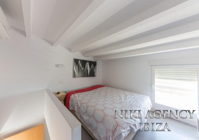 Eckreihenhaus in Cala de Bou mit 3 Schlafzimmer nur 300 m vom Meer entfernt. Das Haus hat eine bebaute Fläche von 150 m² und eine Parzelle von 250 m². Es besteht aus einem großen Wohn-Esszimmer mit Zugang zur Terrasse mit Pool, separate Küche, 3 Schlafzimmer und 2 Bäder, davon eines en Suite, Gästetoilette, 2 Parkplätze vor dem Haus. Das Haus ist ausgestattet mit Klimaanlage in allen Zimmern, Boden aus Microzement im ganzen Haus, Fenster mit Aluminiumrahmen und Doppelverglasung, Einbauschränken, Lager und Waschraum. Die Anlage wurde 2008 fertiggestellt, die Gemeinschaftskosten betragen ca. 180 €/Jahr.