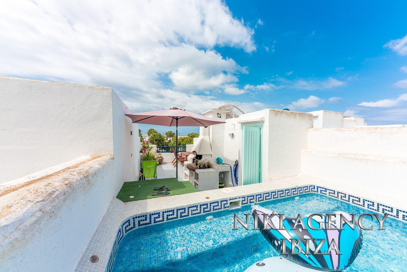 Ático en Cala Tarida con vistas al mar y piscina privada
